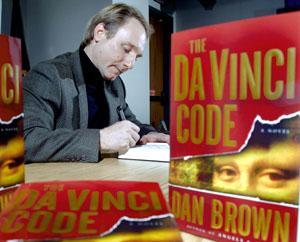 Dan Brown firma copie del suo romanzo.