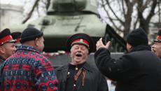 """Cosacchi a Simferopoli, in Crimea. Gli Usa parlano di """"nuova guerra fredda""""."""